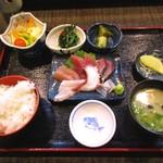 魚良 - 土日限定の刺身定食400円