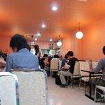 ミトチャ - 店内はオレンジ色で統一 早くも満席に近い人気です
