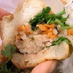 ベトナムサンドイッチ・カフェ&バー ヴィーサンド - お野菜もお肉もたっぷり