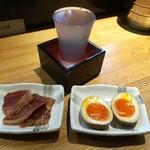 81332573 - 日本酒700円 本日のアテ0円 煮卵100円