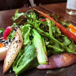 Blanc - 高知野菜のリヨン風サラダ(ランチ)1000円 根菜類がゴリゴリ固めでとても好みでした。オリーブオイルとビネガーでさっぱり