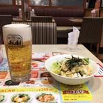 ガスト - ジョッキビールとお豆腐のミニサラダ