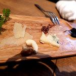 市川ワイン食堂Dish cussu - 2017.07.18 「チーズ2種」  硬質タイプとブルーチーズをセレクト  ナッツ、干し葡萄、無花果
