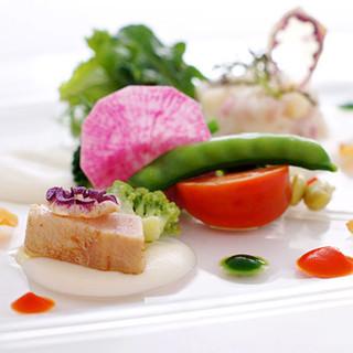 契約農家から届く新鮮な野菜や、シェフ自ら収穫する京野菜を使用