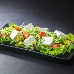 浜焼き しんちゃん - 豆腐とアボカドのサラダ   680円