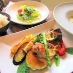 prato cafe - 平日限定週替りランチは、サラダ・季節のスープ・メイン・きぬひかり一等米か天然酵母パン。