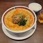 中華麺食堂 かなみ屋 - 料理写真:四川担々麺(味噌)900円+ハーフライス120円