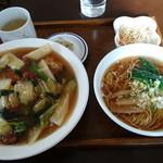 龍花飯店 - 本日のランチ 780円(パイコー飯・小ラーメン)サラダ、ザーサイ付