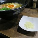 81361328 -  醤油拉麺(濃口)、刻みニンニクが付いてきます
