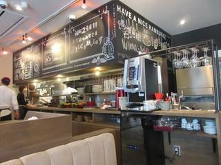 山本のハンバーグ 太宰府店 - この店は「山本のハンバーグ」としては初めて入口付近にパン屋を併設してあります。