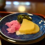 そば処小田 - 大根の桜漬け、たくあん、胡瓜の醤油漬け