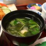 そば処小田 - 豆腐、わかめ、三つ葉のみそ汁
