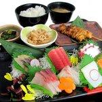 片口屋 - 料理写真:新鮮なお刺身と焼き鳥を御一緒にお召上がり下さい