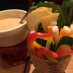 クイーン オブ チキンズ - お通し 彩り野菜のバーニャカウダ 500円