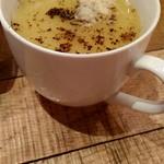 マノ・キッチンカフェ - コーンスープ。胡椒・粉チーズを入れています