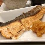 和Dining 三十 - ランチ:定食 800円 (小鉢、サラダ、御飯、お替わり自由)今日は鮭