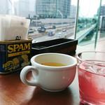 81383121 - 眺めが良く、日差したっぷりの窓際席で、絶賛光合成中!スープとデトックスドリンクを飲みながら。