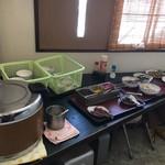 81385949 - セルフの白飯、おかずコーナー                       おかずには多少のアタリハズレがある。                       アタリには甘エビ唐揚げ、小海老フライ、麻婆豆腐等もある。今日はシシャモ南蛮揚げや魚フライに掻き揚げ、煮物とハズレではなかった