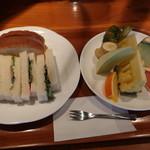 81387925 - サンドイッチと果物