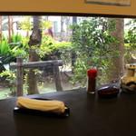 酒・肴 おまた - カウンター席からは少し、庭園みたいな感じも見れて、 狭いお店ですがなんだかすごくいい感じ。