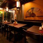 西安刀削麺酒楼 - 唐代西安の落ち着いたシックな雰囲気の店内