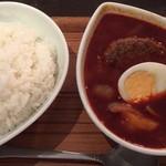 スープカレー屋 鴻 - 「国産牛100%手作りハンバーグスープカレー、赤、辛さ3倍、ご飯大盛り」1050円(税込)