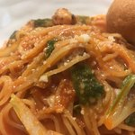 トゥットゥベーネ - ベビーホタテと白菜のトマトソーススパゲティ