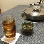 大海 - 烏龍茶200円と突き出しのクエの胃袋のポン酢和え