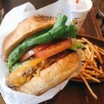 クアアイナ - アボカド厚切りチェダーチーズバーガーは、名前の通り、アボカド&チェダーチーズの旨味がすごい!ジャンキーなビーフもなかなか。