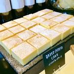 GOOD MORNING CAFE - ベイクドチーズケーキ@ビジュアルですでに美味しそう。どっしりチーズケーキ!これもお気に入り