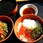海人食堂 - 得とく丼(1,030円)にしました。 イカスミ汁,海鮮丼,もずく丼です。