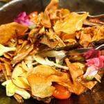 山乃家 - 根菜チップのパリパリサラダ