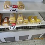 お菓子のアウトレット - 料理写真:「ロールケーキ 200円」