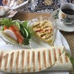 ドバイ・アンティーク&カフェ  - ランチセットファラフェルサンド、アラビアコーヒー付き800円
