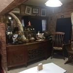 ドバイ・アンティーク&カフェ  - 奥には骨董コーナー。