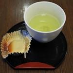 むか新 - 試食の「つぶより」とお茶