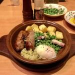 サイゼリヤ - ソーセージグリルに青豆と温玉を投入