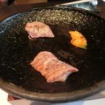 81421146 - お肉は陶板焼き