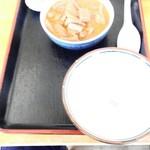 81422168 - もつ煮単品 ナゼか空っぽ茶碗付き、空茶碗のせい?写真のホワイトバランス?もつ煮の色がオカシイ
