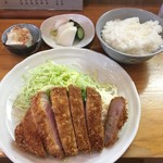 とんかつ 燕楽 - 料理写真:ロースカツ定食。これに豚汁ご付いて2,100円
