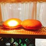 アガノ - 案内待ちの座席前にある棚。 大きな手作りパン