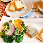 アガノ - アンティパスト。サラダ、三元豚のテリーヌ。 奥のお皿は、おかわり自由のパン