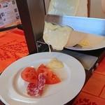 伊咲亭 - チーズを掛ける