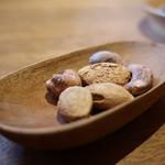 梅酒バー アプリシエ - チャームの殻付きアーモンド、カシューナッツの盛合せ