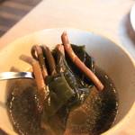 ヤキニク エイト - ゼンマイとワカメのスープ