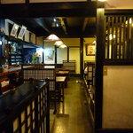 東京庵別館 - テーブル席とカウンター