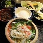 釜出しうどん こと平 - 温泉玉子+ミニサラダ+手作り惣菜3種盛り