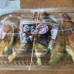 新新餃子 - セットの餃子200円(単品だと400円)は持ち帰りで