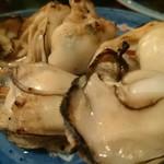 81445174 - 牡蠣を炭火で焼いて頂き