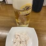 天丼てんや - 生ビールとタラモサラダ。サラダのコスパはとても良いと思います(^o^)